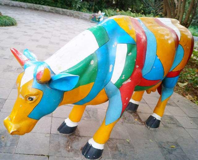玻璃钢彩绘牛雕塑
