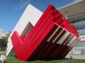 红白线条抽象城市雕塑