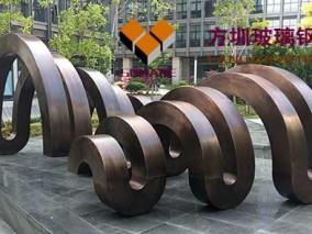 铜艺雕塑现身城市广场